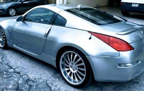 Carro Nissan 350Z 2003 de único propietario en buen estado
