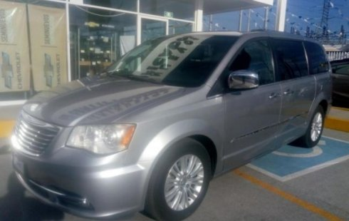 Un Chrysler Town & Country 2014 impecable te está esperando