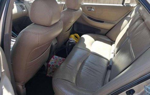 Carro Honda Accord 2000 de único propietario en buen estado