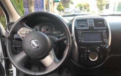 Un carro Nissan March 2015 en Coyoacán