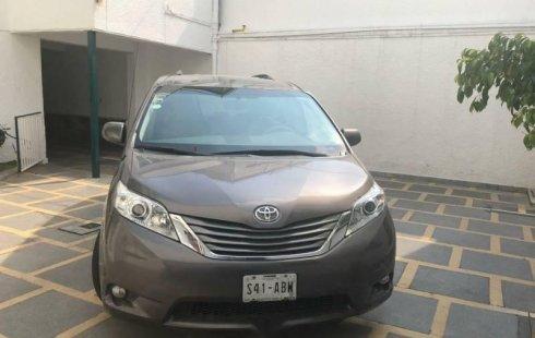 Tengo que vender mi querido Toyota Sienna 2011 en muy buena condición