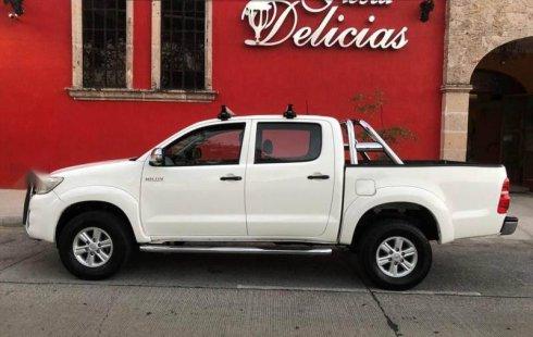 Carro Toyota Hilux 2013 de único propietario en buen estado