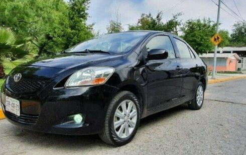 Carro Toyota Yaris 2012 de único propietario en buen estado
