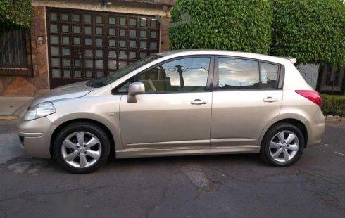 Carro Nissan Tiida 2011 de único propietario en buen estado