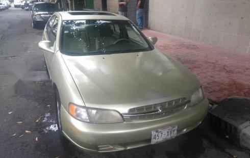Un carro Nissan Altima 1999 en Miguel Hidalgo