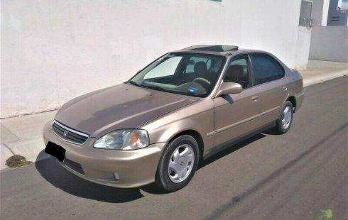 Un carro Honda Civic 2000 en Querétaro