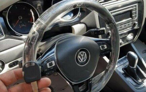 Un Volkswagen Jetta 2015 impecable te está esperando