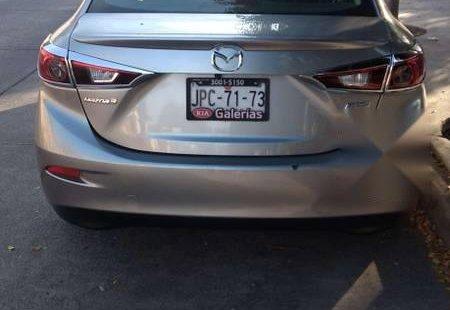 Un carro Mazda Mazda 3 2015 en Guadalajara