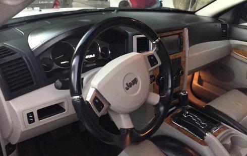 Pongo a la venta cuanto antes posible un Jeep Grand Cherokee que tiene todos los documentos necesarios