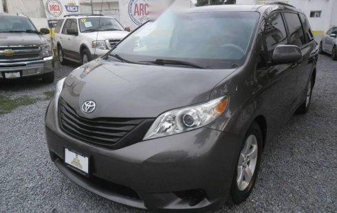 Van Toyota sienna ce mod 2011 gris