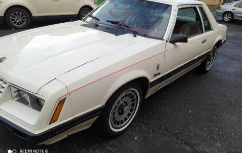 Ford Mustang con placas de auto antiguo