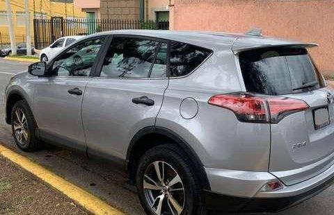 Auto Toyota RAV4 LE 2017 de único dueño en buen estado