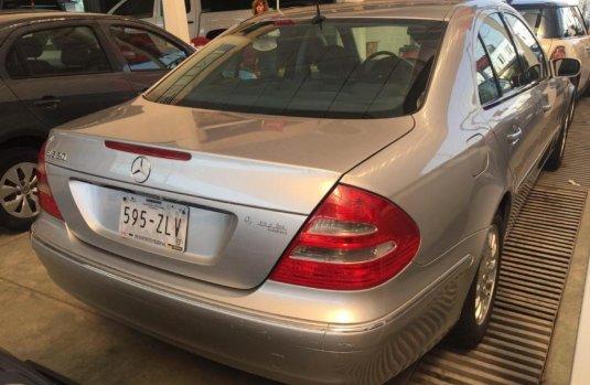Un carro Mercedes-Benz Clase E 2003 en Gustavo A. Madero