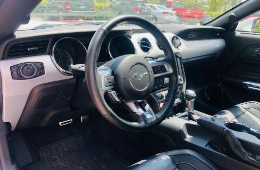 Un Ford Mustang 2015 impecable te está esperando