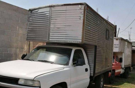 Chevrolet Silverado Pick Up con caja seca