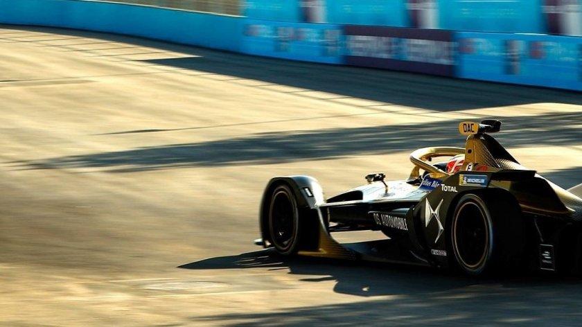 ¿Cuántos puntos recibe el piloto que consigue la vuelta más rápida en una carrera?
